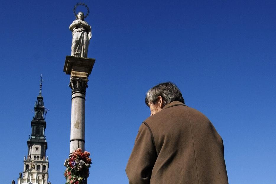 Un pellegrino in preghiera a Czestochowa