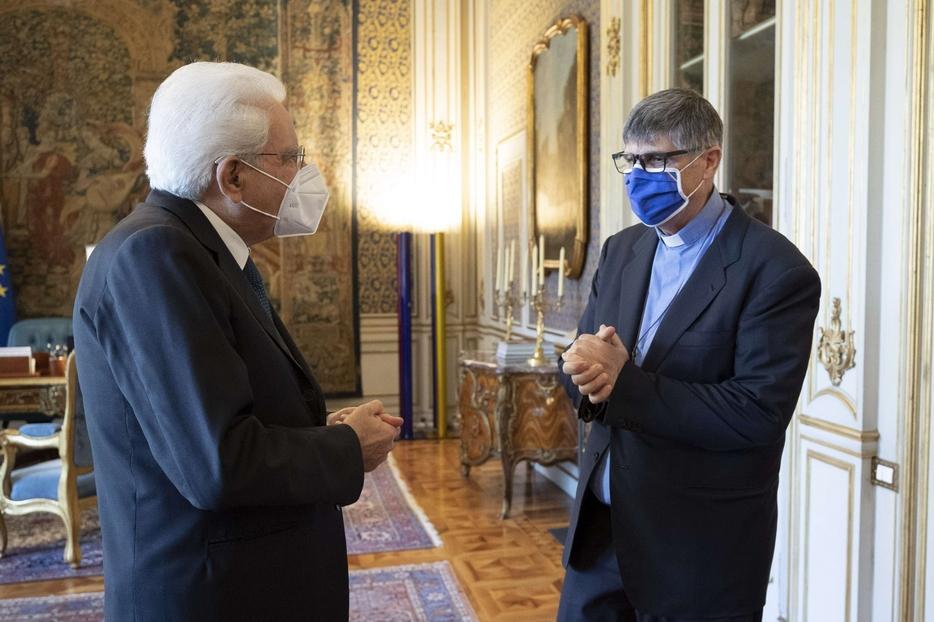 Il presidente della Repubblica Sergio Mattarella incontra don Maurizio Patriciello con una rappresentanza di ragazzi del Parco Verde di Caivano