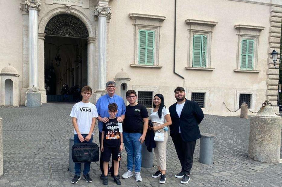 Don Maurizio Patriciello con i cinque ragazzi davanti al Quirinale