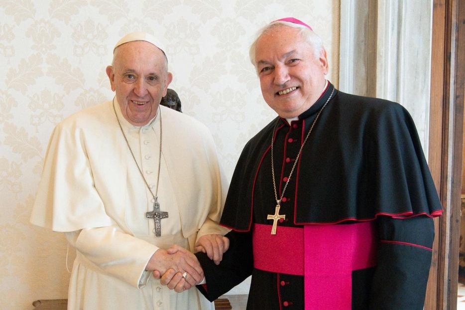 Papa Francesco insieme con l'arcivescovo di Marsiglia, Jean-Marc Aveline