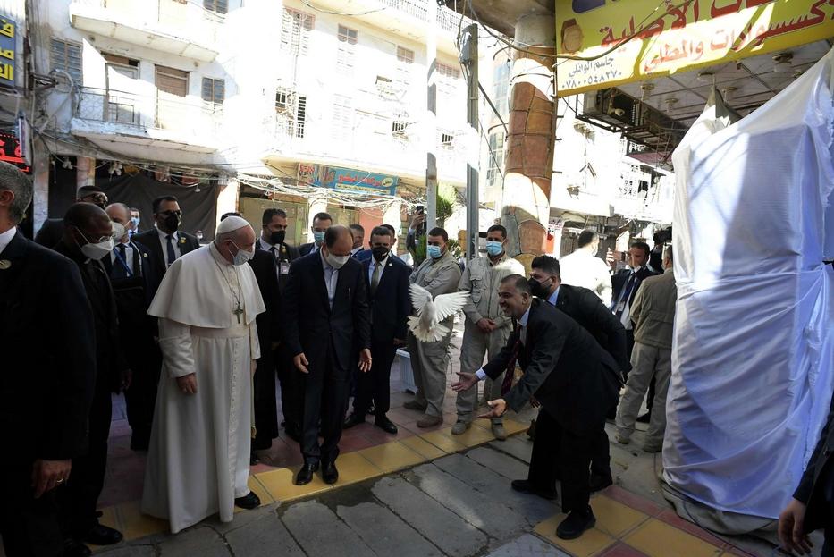 L'arrivo di papa Francesco all'incontro con al-Sistani, in una viuzza di Najaf