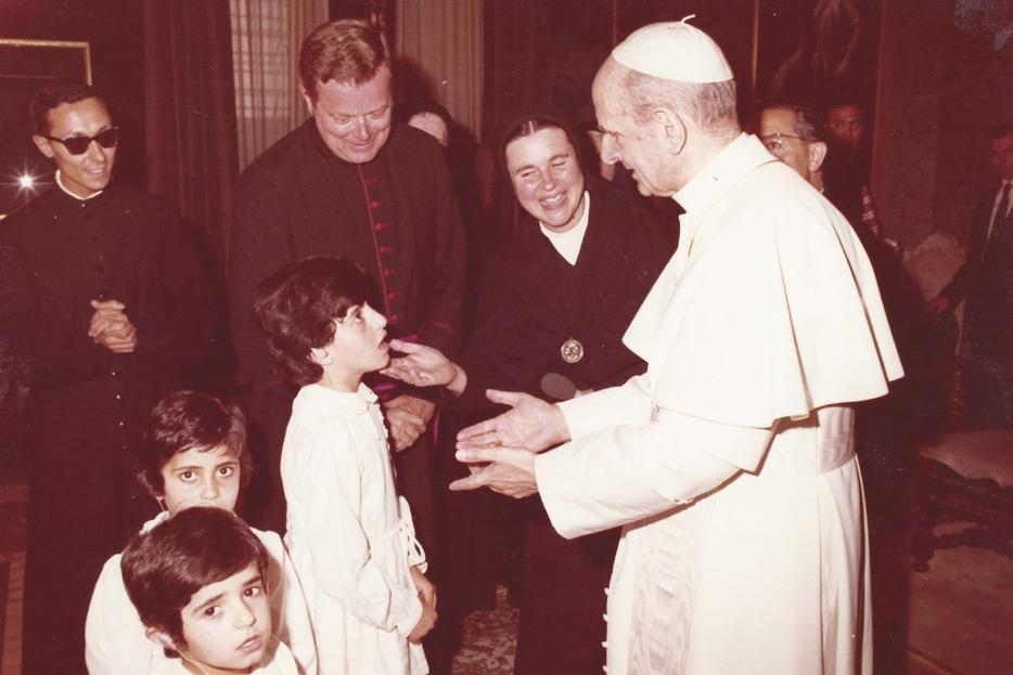 Paolo VI incontra i primi alunni dell'Istituto Effetà da lui voluto a Betlemme