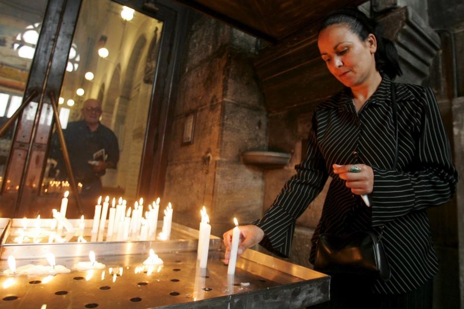 L'accensione di una candela segno di devozione semplice