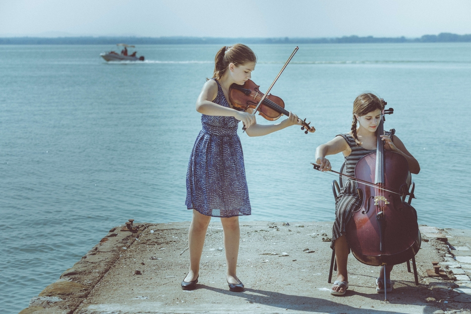 Due allieve dell'Accademia Isola Classica sul lago Trasimeno