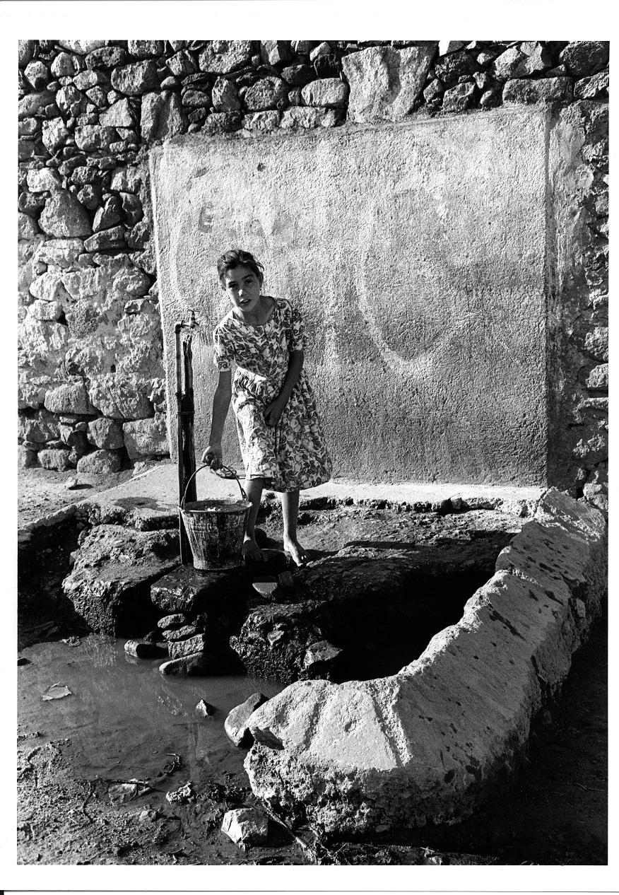 """Lisetta Carmi, """"Voci allegre nel buio"""" al Man di Nuoro: Irgoli, ragazza alla fontana, 1964 (stampa ai sali d'argento)"""