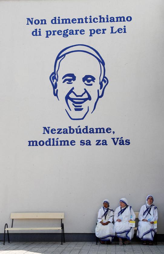 Il murale davanti al Centro Betlemme a Bratislava: le suore di Madre Teresa attendono il Papa