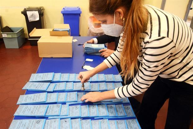Preparazione dei seggi elettorali per le Elezioni Comunali a Milano