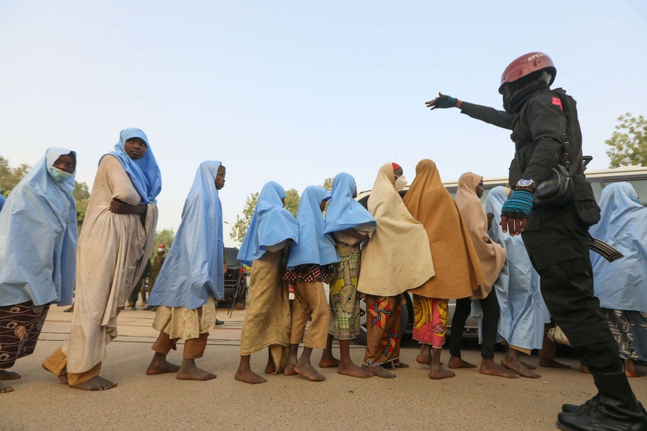 Dopo il rilascio, le ragazze in fila seguono gli ordini delle forze di sicurezza
