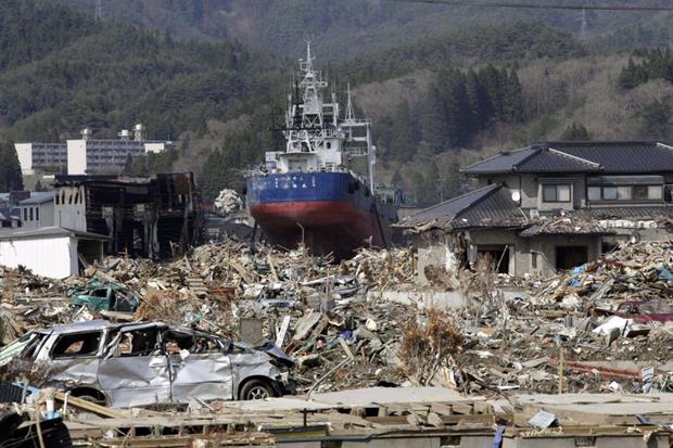 Una nave trasportata dalle onde nel centro di Kesennuma