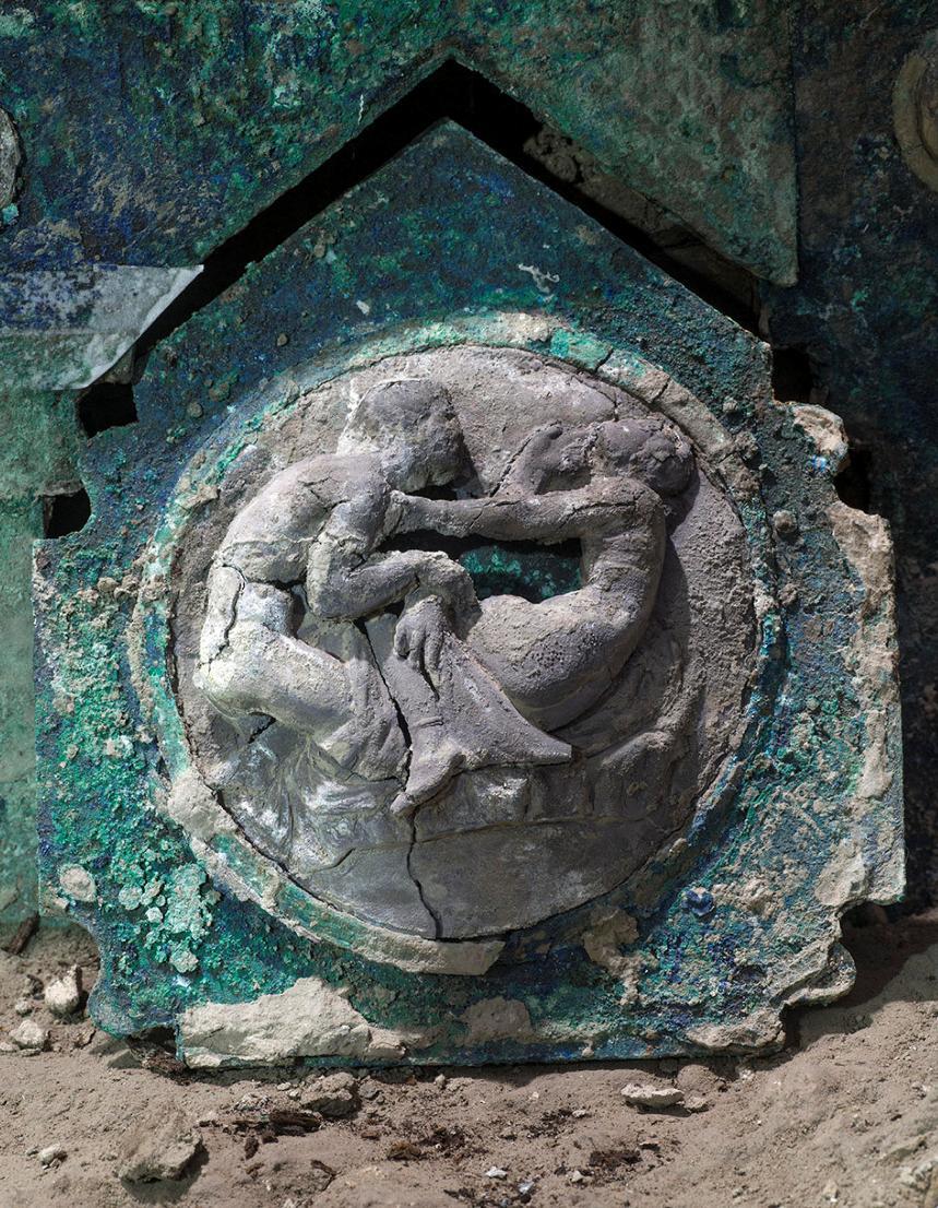Il particolare di uno dei medaglioni del carro di Pompei, che potrebbero raffigurare il ratto delle Sabine