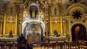 L'interno del santuario con l'immagine della Madonna Nera