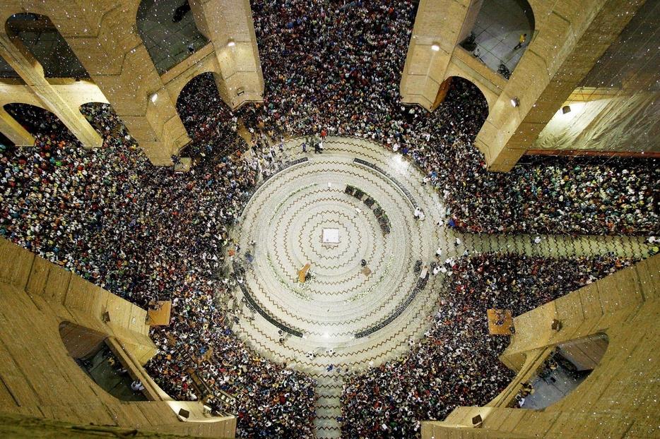 L'interno del santuario gremito di fedeli