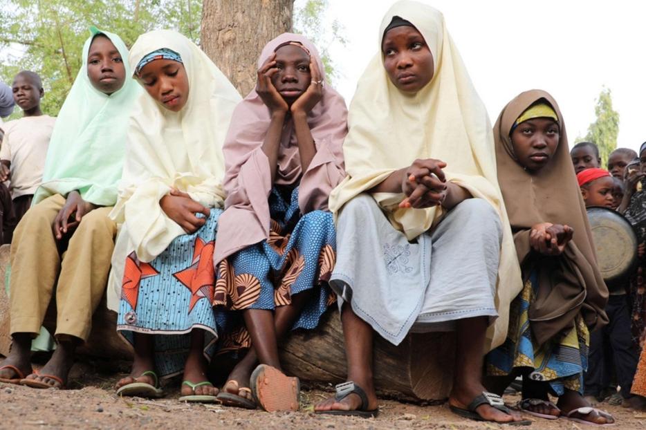 Un gruppo di ragazze sfuggite al rapimento attendono l'arrivo dei familiari