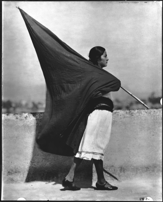 Tina Modottti, 'Donna con bandiera', Messico, 1928