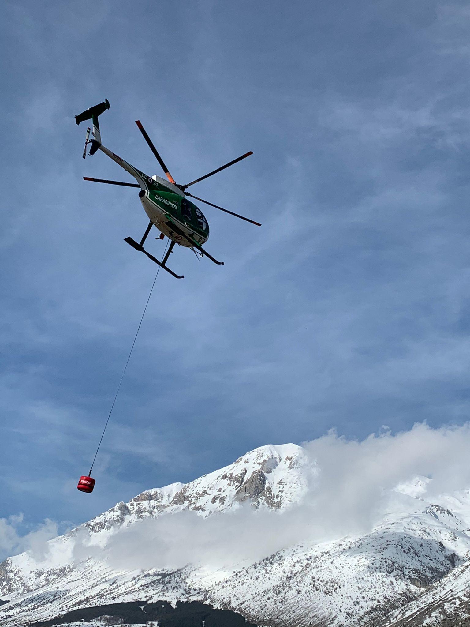 Il sonar Recco trasportato sulla montagna dall'elicottero dei Carabinieri forestali