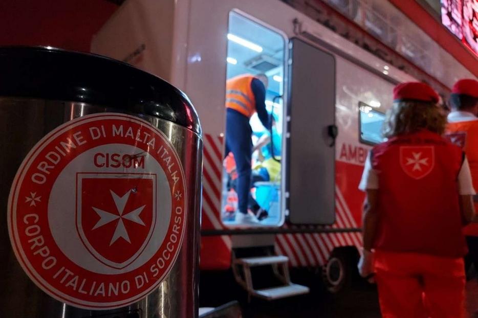 L'impegno dei volontari del Corpo italiano di soccorso dell'Ordine di Malta per vaccinare gli «invisibili» di Milano alla stazione di Porta Garibaldi