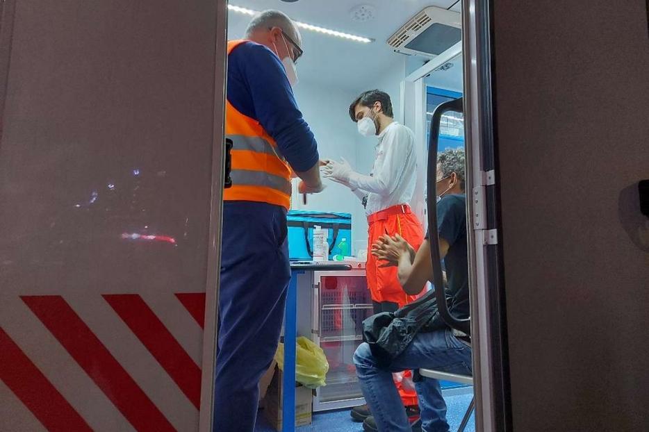 I medici volontari dell'Ordine di Malta mentre vaccinano gli «invisibili» di Milano