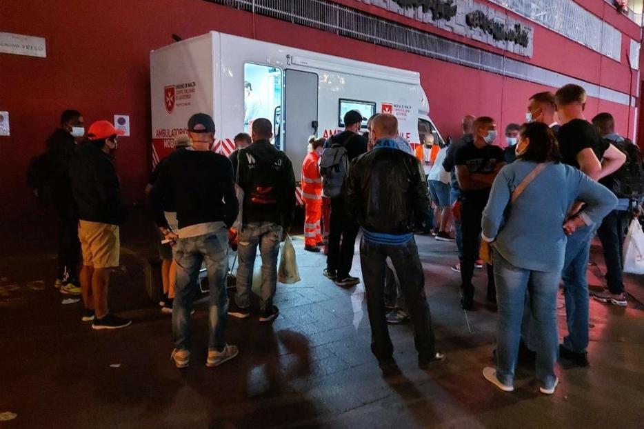 Gli «invisibili» di Milano in coda per il vaccino alla stazione di Porta Garibaldi