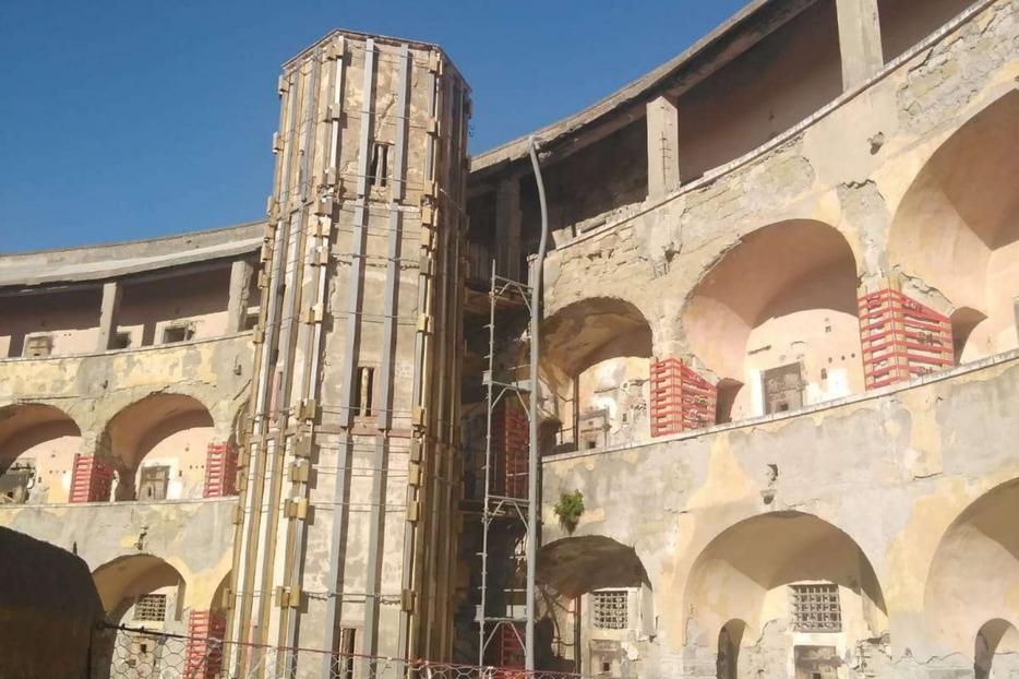 Una delle due torri del carcere di Santo Stefano puntellata nei giorni scorsi nei lavori di messa in sicurezza