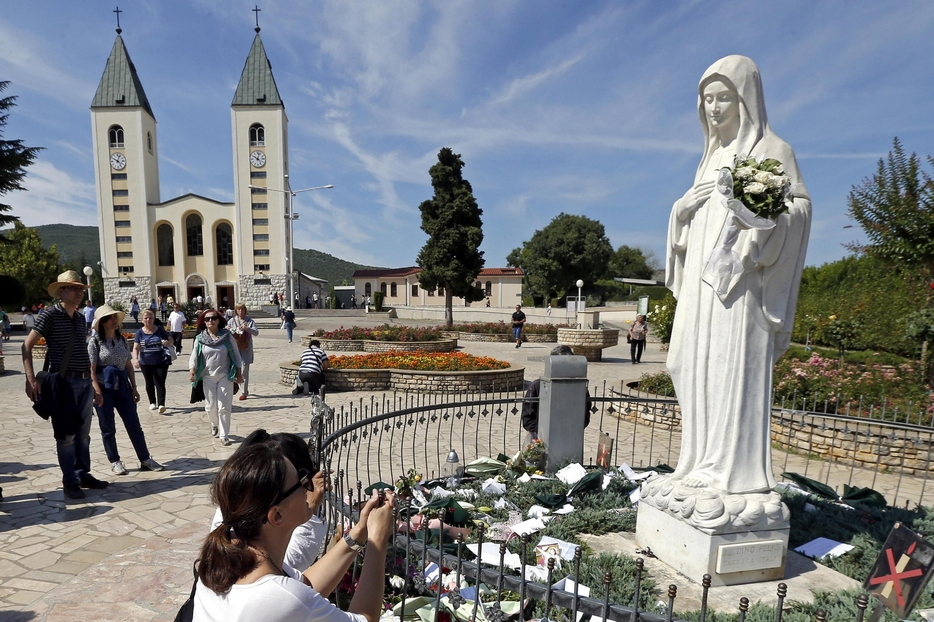 A Medjugorje in preghiera davanti alla statua di Maria