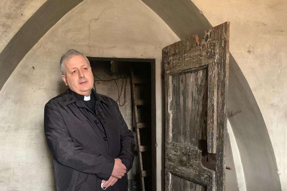 Don Francesco Pesce, parroco della chiesa romana di Santa Maria ai Monti, all'ingresso della scaletta che conduceva al nascondiglio