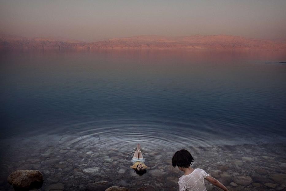 Ragazze palestinesi si bagnano nelle acque del Mar Morto, Cisgiordania, 2009