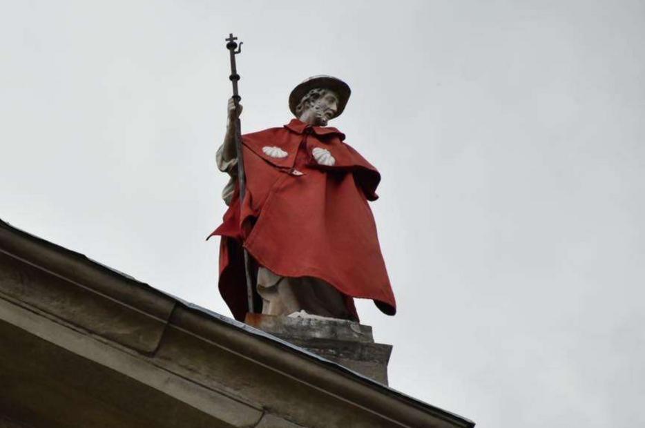 San Jacopo 'vestito' a festa sulla vetta della Cattedrale di Pistoia