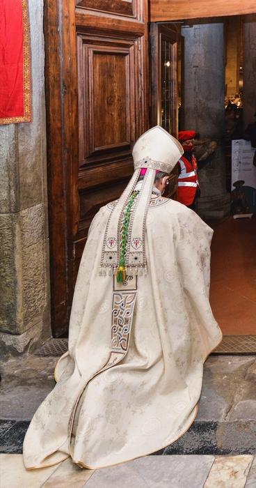 Il vescovo di Pistoia, Fausto Tardelli, apre la Porta Santa