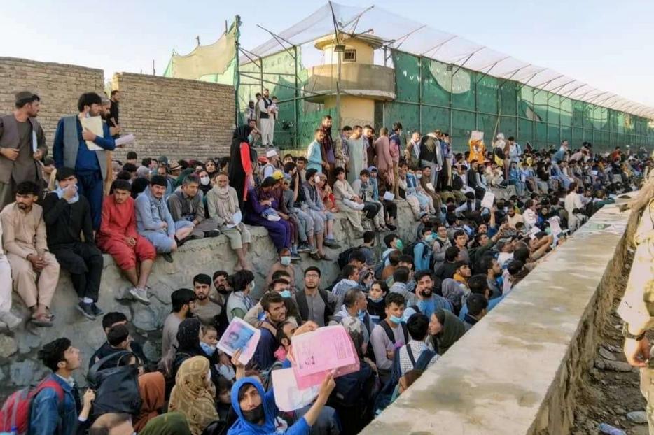 Folla in attesa di entrare all'aeroporto internazionale di Kabul