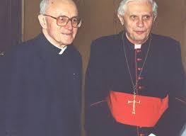 L'allora cardinale Joseph Ratzinger con padre Vanhoye negli anni Novanta