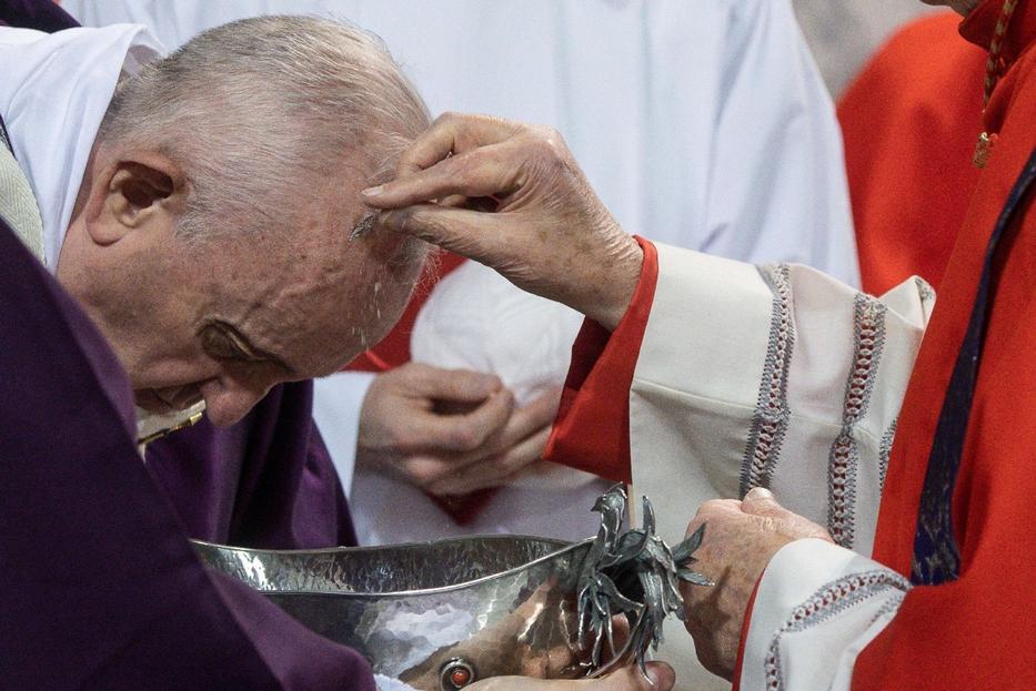 Papa Francesco riceve le ceneri nel 2020