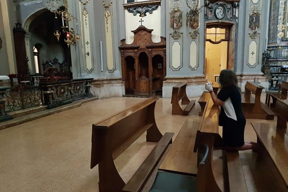 La preghiera personale in una chiesa di Milano