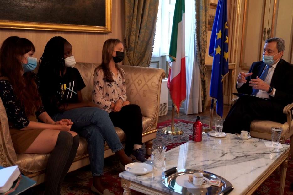 L'incontro di Draghi con le attiviste ambientali Greta Thunberg (a destra), Vanessa Nakate (al centro) e Martina Comparelli (a sinistra) in Prefettura a Milano