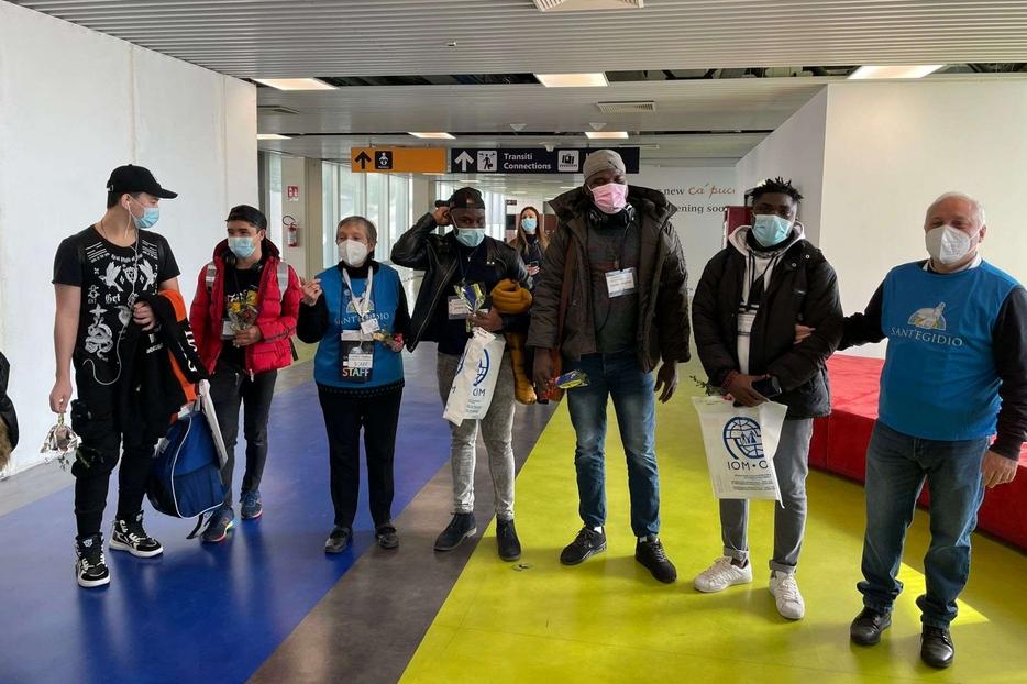 Alcuni dei profughi giunti al loro arrivo a Roma