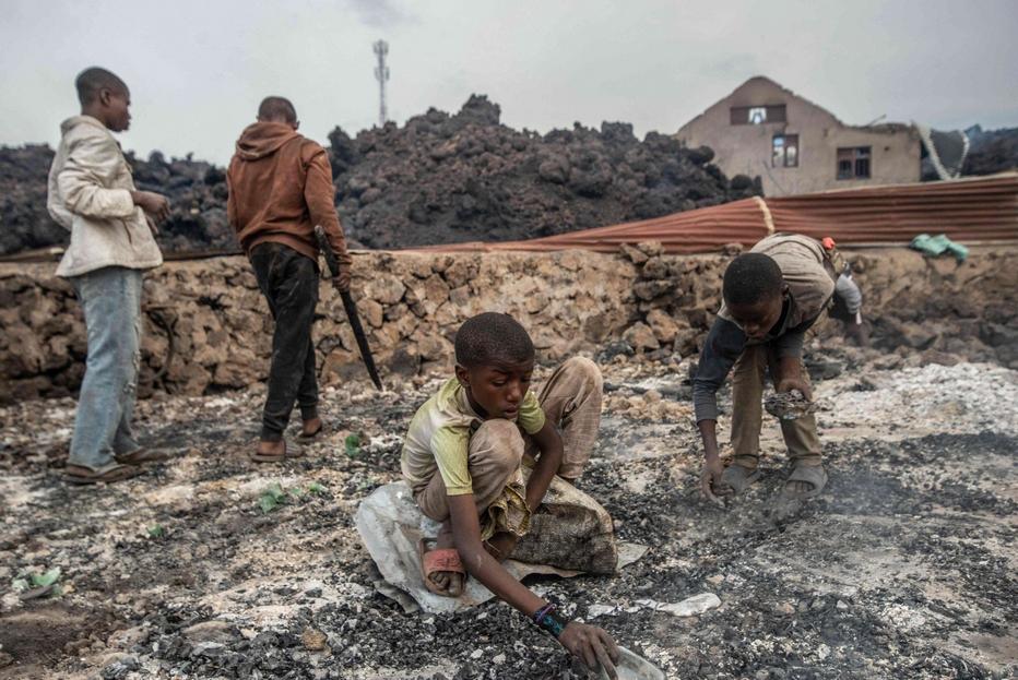 Ragazzini giocano con la lava a Goma