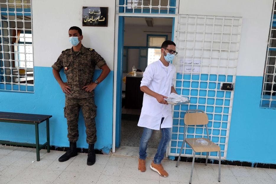 Un ambulatorio in Tunisia presidiato dei militari per la vaccinazione anti-Covid