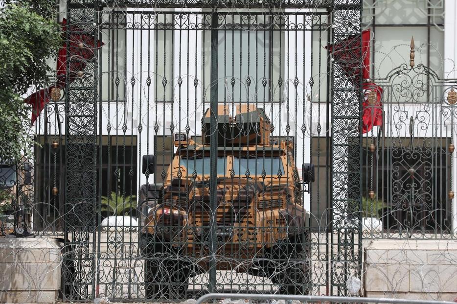 Il palazzo del Parlamento a Tunisi presidiato dai militari