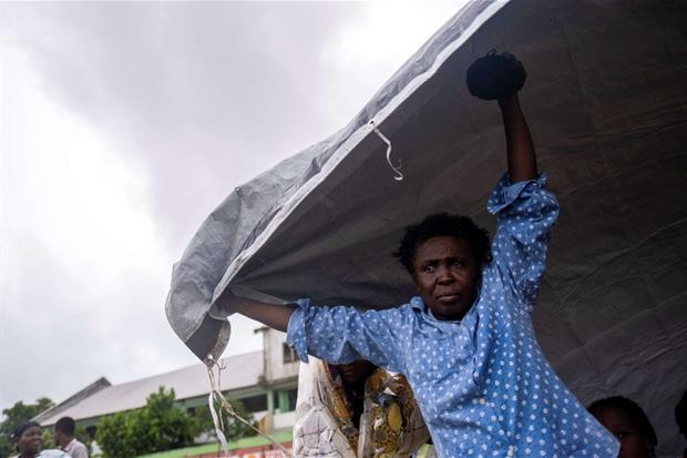 I colpiti cercano di ripararsi dalle piogge sotto i teli
