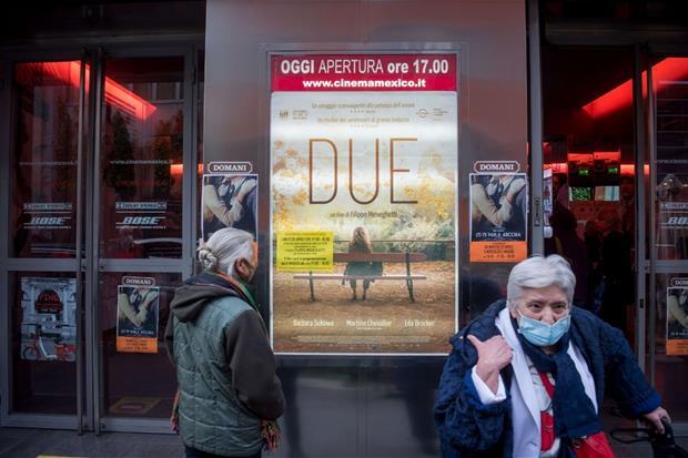 Due anziane davanti a un cinema di Milano in occasione della riapertura