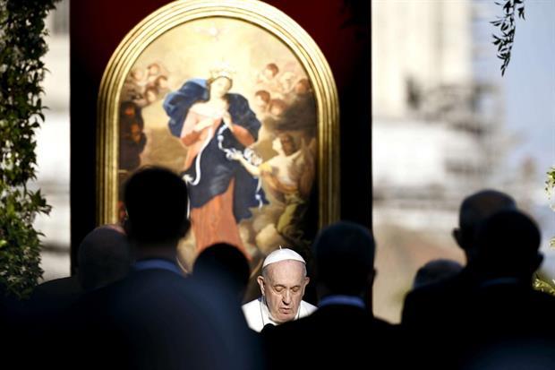 Papa Francesco davanti a una copia del quadro 'La Madonna che scioglie i nodi'