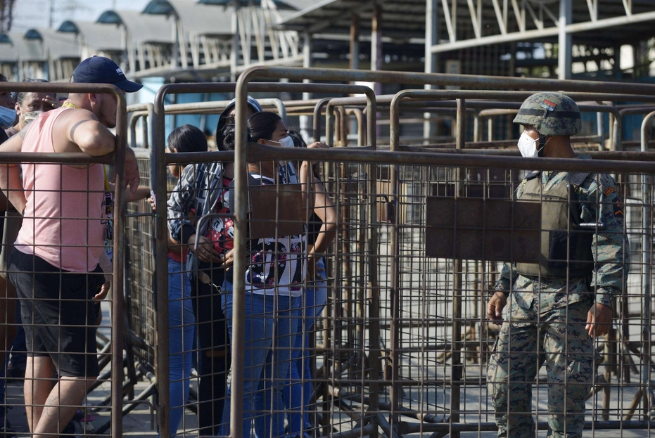 Familiari dei detenuti accorrono al carcere per avere notizie dei loro cari