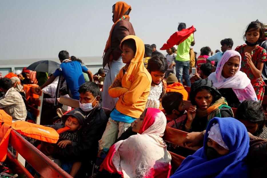 Molte famiglie con bambini sulla nave che porta i Rohingya a Bhasan Char