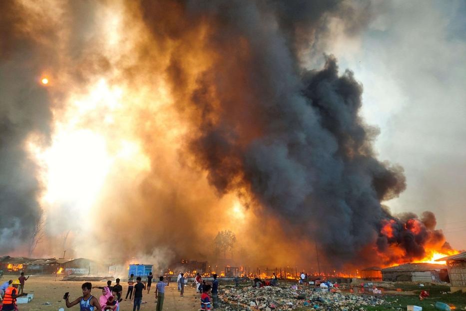 Alte fiamme hanno avvolto la baraccopoli di Cox Bazar alla periferia della capitale Dhaka