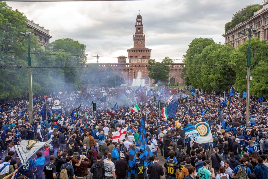 Tifosi interisti in Largo Cairoli davanti al Castello sforzesco