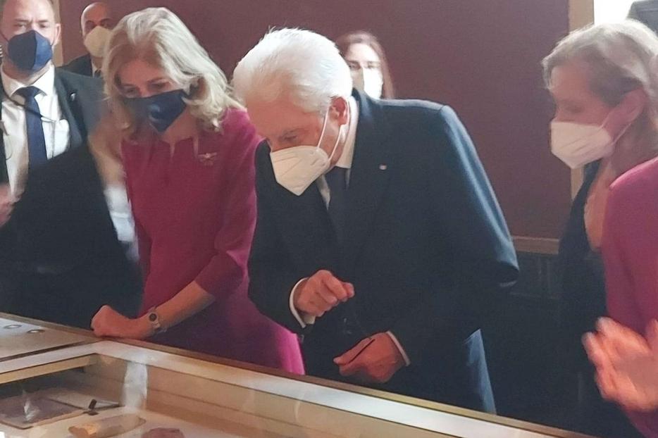 Il presidente si toglie gli occhiali per ammirare antichi papiri