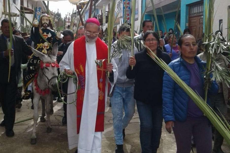 Il vescovo Ivo Baldi Gaburri durante una processione in Perù