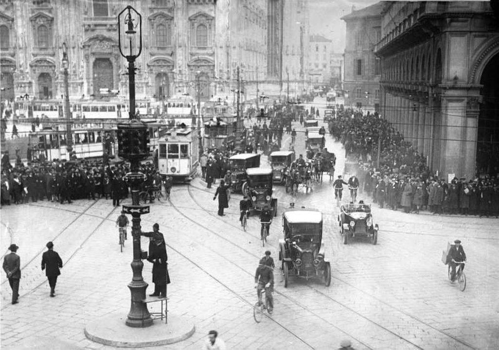 Curiosi e traffico a Milano in occasione dell'entrata in servizio del primo semaforo italiano