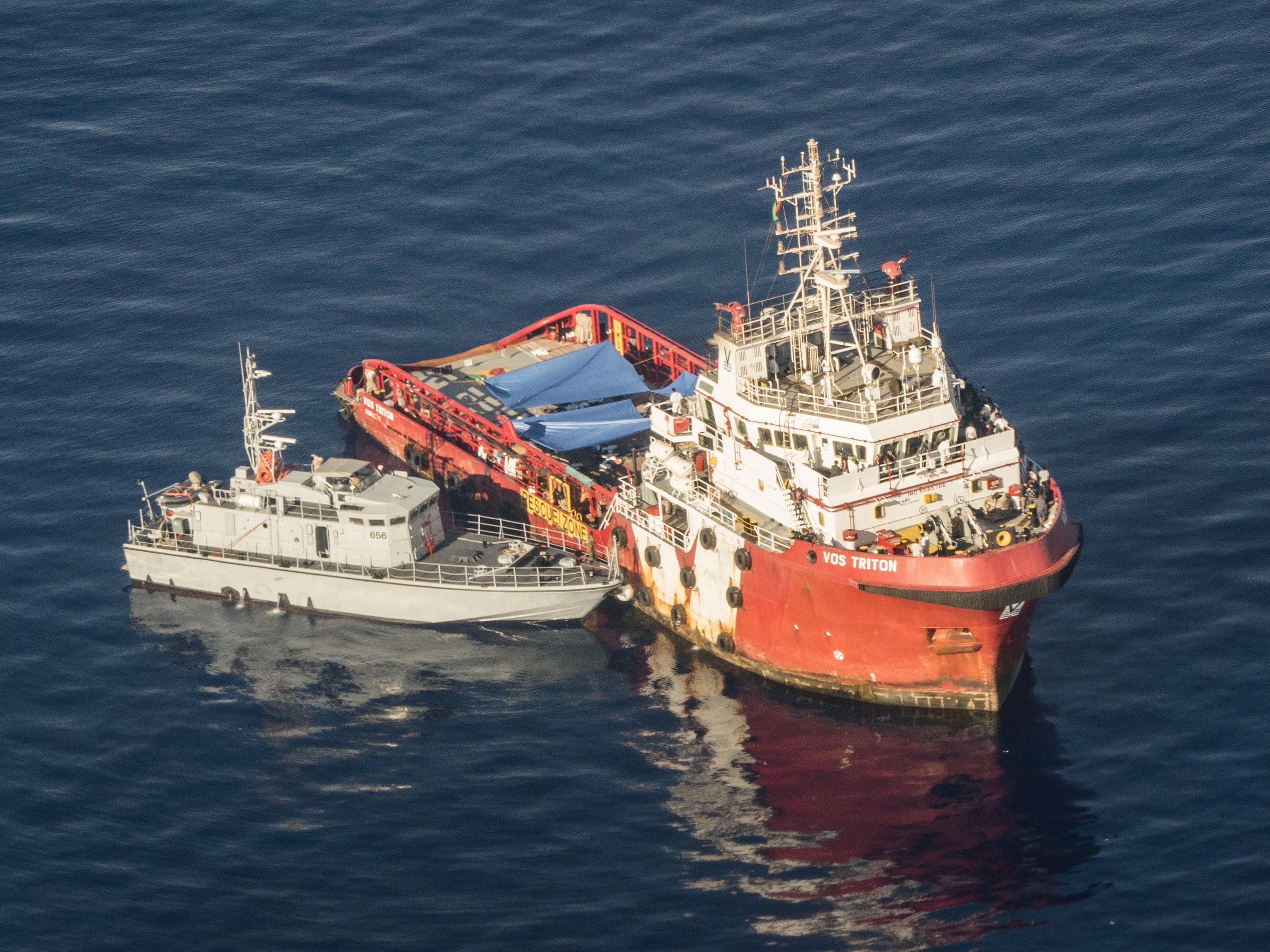 La motovedetta libica affianca il mercantile per catturare i migranti