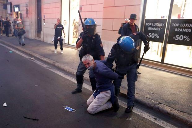 Tafferugli tra polizia e manifestanti No Green pass a Roma