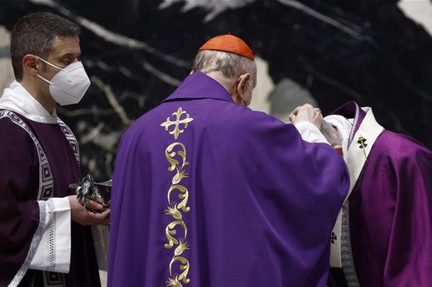 Papa Francesco ha ricevuto le ceneri sul capo dal cardinale Angelo Comastri, arciprete della basilica di San Pietro, nel tradizionale rito di avvio della Quaresima